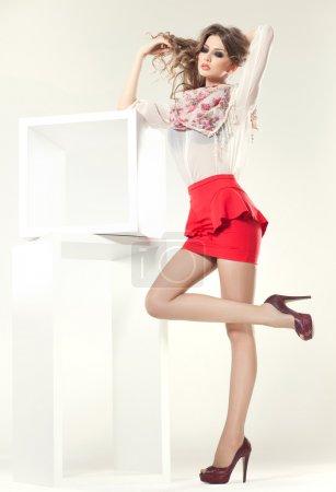 Photo pour Belle femme avec des jambes longues sexy habillée élégante posant dans le studio - complet du corps - image libre de droit