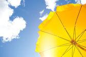 A kék ég, a felhők sárga esernyő