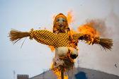 Tradiční mimo zimu v Rusku, hořící podobiznami Carnival