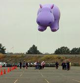 East rutherford, nj, usa-oct 5: 2013 macy je den díkůvzdání parade balón rutiny trénink vzal místo letos v elegantních. na obrázku je balón happy holiday hroch