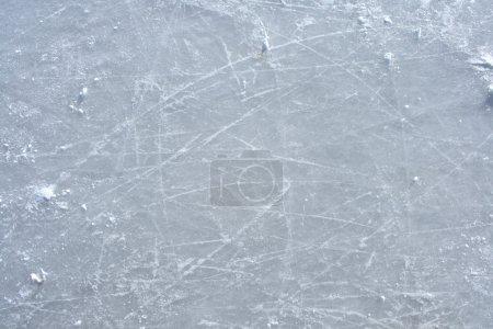 Photo pour Surface d'une patinoire extérieure remplie de marques de patins . - image libre de droit