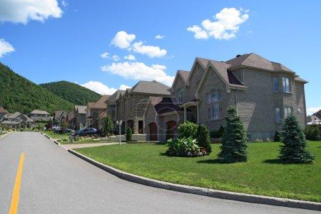 Photo pour Maisons chères dans un quartier de banlieue prestigieux près de la montagne . - image libre de droit