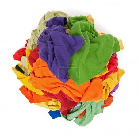 Photo pour Gros tas de vêtements colorés, vue d'en haut, isolé sur fond blanc. - image libre de droit
