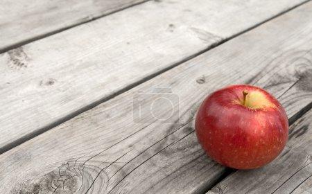 Photo pour Pomme rouge sur la vieille table en bois gris, avec espace de copie. - image libre de droit