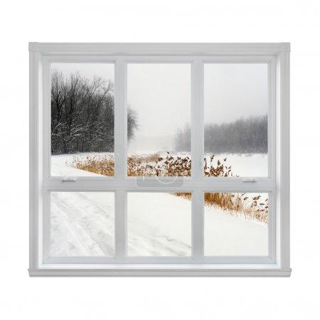 Photo pour Paysage d'hiver enneigé vu par la fenêtre. - image libre de droit