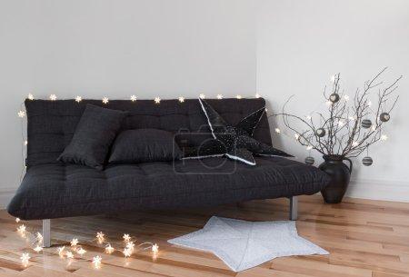 Photo pour Lumières confortables dans le salon, canapé et arbre branches de décoration. - image libre de droit