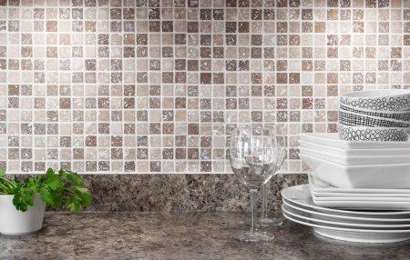 Photo pour Vaisselle blanche, verres à vin et les herbes vertes sur le comptoir de cuisine. - image libre de droit