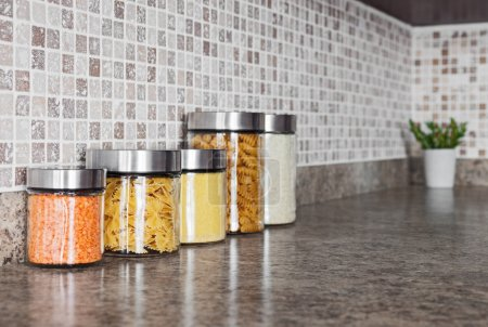 Photo pour Ingrédients alimentaires en bocaux de verre sur un comptoir de cuisine. - image libre de droit