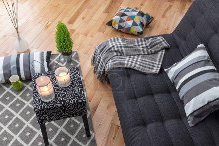 Foto de Detalle de un moderno luminoso living comedor con sofá gris. - Imagen libre de derechos