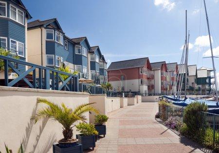 Photo pour Maisons et appartements modernes à Exmouth marina, Devon, Angleterre, Royaume-Uni . - image libre de droit