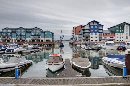 Photo pour Vue d'un port et de maisons et appartements modernes à Exmouth Marina, Devon, Angleterre, Royaume-Uni . - image libre de droit