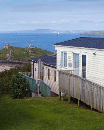 Photo pour Parc de caravanes sur une côte avec vue sur la mer, St. Ives, Cornwal, Angleterre, Royaume-Uni . - image libre de droit