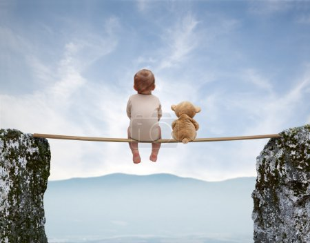 Photo pour Enfant avec ours en peluche assis sur un pont au-dessus d'un gouffre - image libre de droit