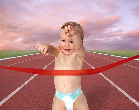 Photo pour Photo d'un petit garçon, remportant la course - image libre de droit