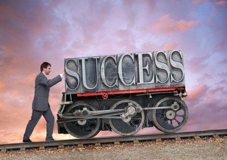 Photo pour Homme d'affaires poussant un succès sur roues - image libre de droit