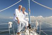 šťastný starší pár objímat na přední nebo na přídi lodě