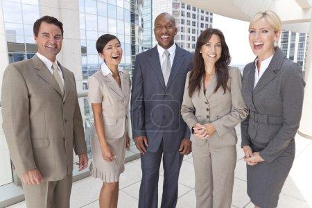 Photo pour Heureux qui rit groupe interracial d'équipe hommes & des femmes, des hommes d'affaires et des femmes d'affaires des activités - image libre de droit