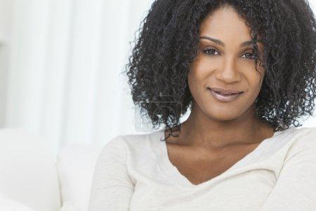 Foto de Retrato de una hermosa media edad mujer afroamericana en hogar relajantes y sonriendo - Imagen libre de derechos