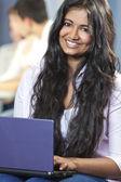 étudiante asiatique indienne à l'aide d'ordinateur portable