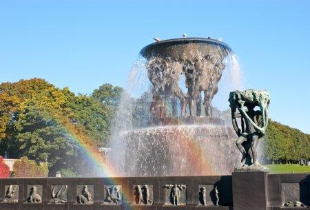 Photo pour Beau temps ensoleillé permet de voir même deux arcs-en-ciel dans une belle fontaine de bronze, vigeland park, oslo, norway - image libre de droit