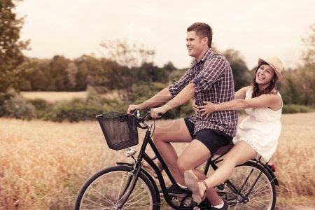 Photo pour Couple s'amuser à vélo - image libre de droit