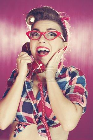 Photo pour Joyeux rétro femme au téléphone - image libre de droit