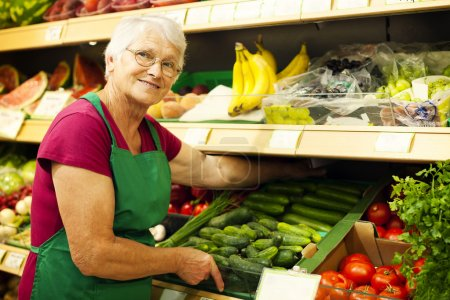 senior, frau, am, supermarkt - B21915717