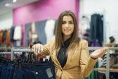 Atraktivní žena, nakupování