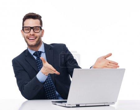 Photo pour Regarder l'ordinateur, c'est génial! - image libre de droit