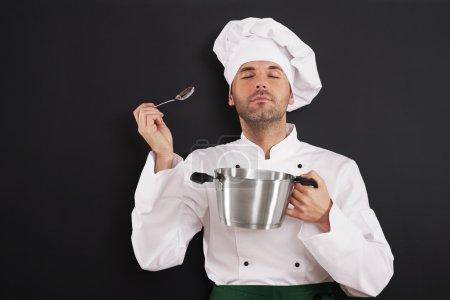 Photo pour Chef dégustant l'arôme d'un repas - image libre de droit