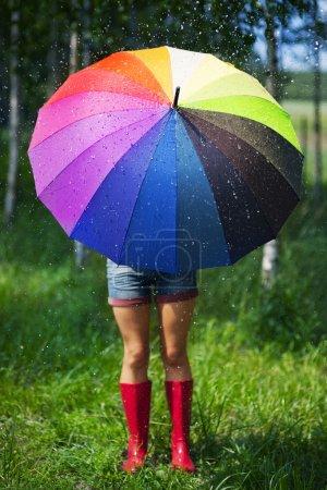 Photo pour Femme se protégeant de la pluie - image libre de droit