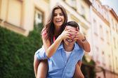 Krásná žena tráví legrační čas se svým přítelem