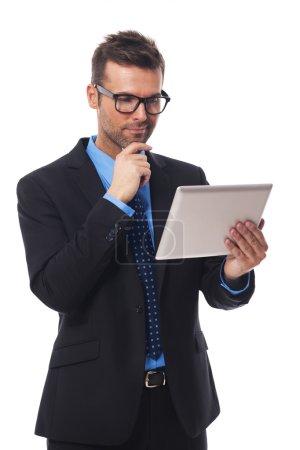 Photo pour Homme d'affaires travaillant sur sa tablette numérique - image libre de droit