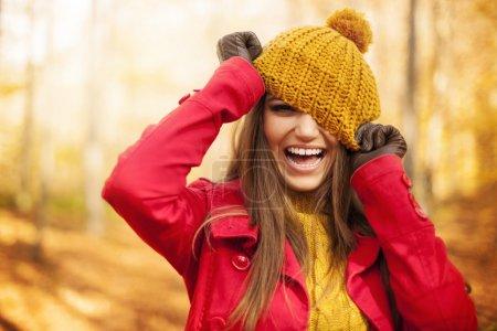 Photo pour Jeune femme s'amuser avec des vêtements d'automne - image libre de droit