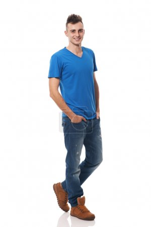 Foto de Retrato de un joven sonriente aislado sobre fondo blanco - Imagen libre de derechos