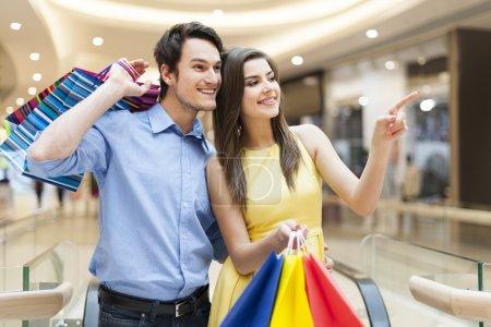 Photo pour Portrait de couple heureux dans le centre commercial - image libre de droit