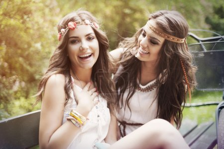 Photo pour Portrait de joyeuses amies boho dans le parc - image libre de droit