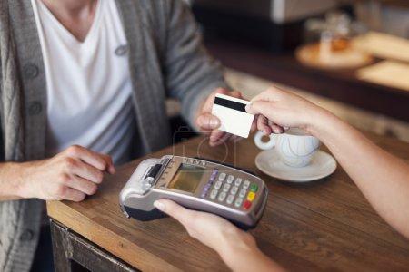 Photo pour Gros plan du client payant par carte de crédit - image libre de droit