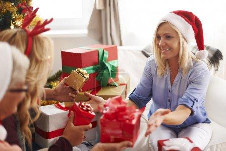 Photo pour De précieux moments en famille pendant la période de Noël - image libre de droit