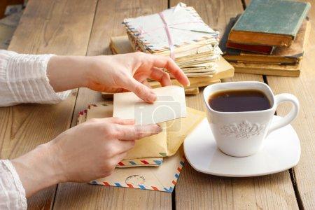 Foto de Xícara de café e letras do passado. estilo retrô - Imagen libre de derechos