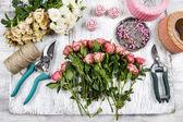 Květinářství v práci. žena dělat kytice růžových růží