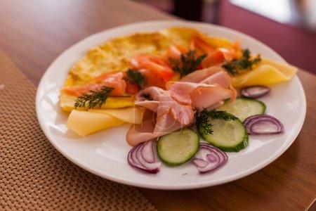 Photo pour Délicieux petit déjeuner sur assiette - image libre de droit