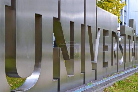 Photo pour Lettrage métallique devant une université - image libre de droit