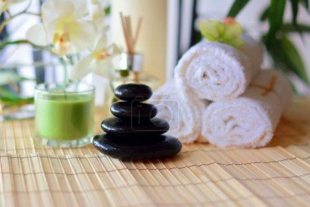 Photo pour Spa pierres chaudes, serviettes et bougies - image libre de droit