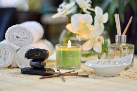 Photo pour Spa centre de massage avec serviettes, pierres chaudes, bougies, parfum, fleurs, et plus - image libre de droit