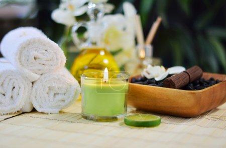 Photo pour Cadre spa de beauté avec serviettes blanches, pierres, bougies, chaux, huiles, parfum, et plus . - image libre de droit