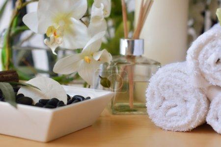 Photo pour Spa centre de massage avec rochers, dollar de sable, serviettes blanches, fleurs et encens - image libre de droit