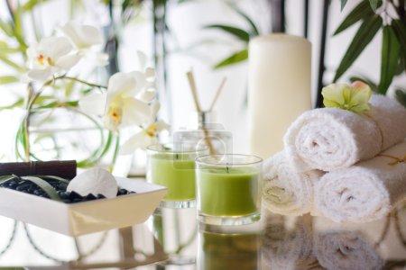 Photo pour Cadre spa complet avec bougies, serviettes, fleurs, rochers de massage, pierres, dollar de sable, et plus - image libre de droit