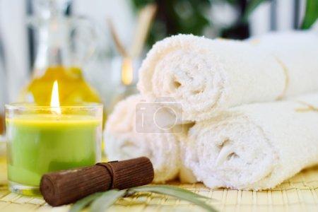 Photo pour Spa serviettes blanches, bougie et bambou - image libre de droit