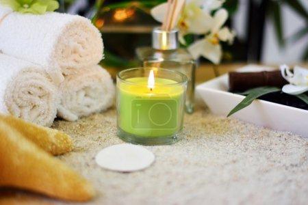 Photo pour Cadre spa avec sable, bougie, encens, parfum, serviettes blanches, étoile de mer, dollar de sable, roches et fleurs de spa . - image libre de droit